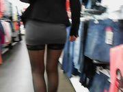En sexig kvinna med inga trosor visar fitta offentligt