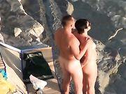 Ett nudistpar gör sex på stranden voyeur