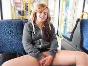 Ung flicka visar fitta i offentlig buss och hon onanerar