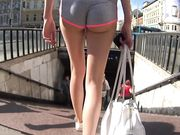 Ung modellflicka går med mycket korta byxor på offentliga platser