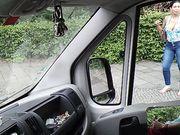 Två kvinnor tittar på en kille som onanerar i bilen på offentlig plats