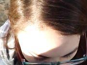 Flickvän går med på att suga kuk på offentlig plats