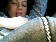 Hustru gör oralsex i bilen och plaskas i ansiktet med mycket spermier