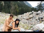 Amatör par gör sex utomhus med ett fantastiskt landskap