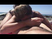 Hustru gör oralsex med sin man på stranden