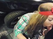 Utomhus avsugning och svälja cum med min flickvän i bilverkstaden