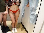 Ung flickvän knullas i allmän butik i en omklädningsstuga