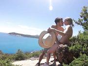 Ett ungt vågat amatörpar gör sex utomhus nära stranden