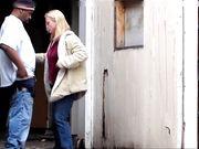 Billig vit prostituerad knullas av en fet svart klient offentligt