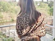 Mogen fru knullas utomhus på balkongen
