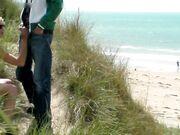 Offentlig handjob med cumshot på stranden gömd i buskarna