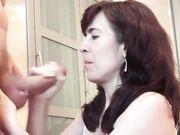 Man ejakulerar i ansiktet på hustrun och i munnen