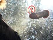 Kåt tjej suger och knullar en dildo på skidorten