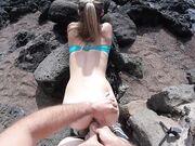 Sex vid havet med het kvinna som suger och har sex