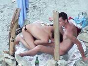 Paret spioneras på kameran på stranden hon gör en fantastisk avsugning