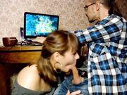 Pojkvän spelar spel överraskas med en avsugning från flickvän