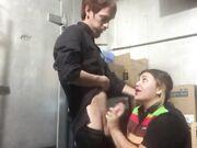 Sex på jobbet knullar en mager kille med en knubbig tjej