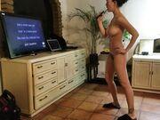 Kvinnan gör naken hemmakaraoke