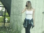 Ung blondin med fantastiska bröst bär ingen behå offentligt och bröstvårtor är synliga