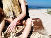 Blond kvinna suger och har sex på offentlig strand